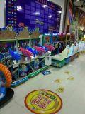 Малыши участвуя в гонке машина/имитатор видеоигры аркады управляя машиной игры