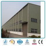 Edificio de oficinas comercial enmarcado de la estructura de acero