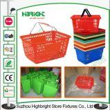Le centre commercial portent le panier à provisions en plastique de supermarché
