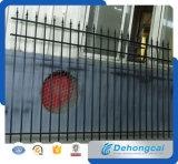 美しくより強い管状の電流を通された錬鉄の塀