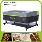 O verde e cresceu da máquina de estaca da gravura do laser na tela móvel acrílica de madeira