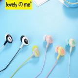 Écouteurs dans des écouteurs d'oreille avec l'écouteur stéréo d'Earbuds de musique de microphone