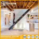 Escadas de madeira internas do passo com a escadaria moderna dos trilhos de vidro