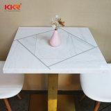 단단한 지상 돌 바 테이블의 둘레에 높이 2개의 색깔