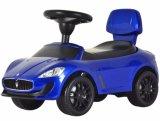 Езда малышей лицензированная Maserati на ноге автомобиля к полу