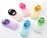 유럽 시장 작은 MOQ 반대로 미끄러짐 귀여운 점 배 신생 아기 양말에 있는 최신 판매