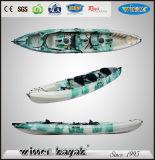 Una plastica massima delle 7 genti si siede sul kajak/canoa superiori di uso della squadra del trio
