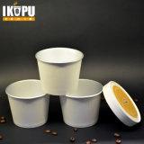 Tazas del helado con las tapas y las cucharas de papel