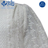 둥근 고리 여자의 블라우스가 백색 뜨개질을 한 Flowe 패턴에 의하여 느슨하게 소매 누전한다