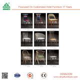 Armrestが付いている椅子を食事する木の台所