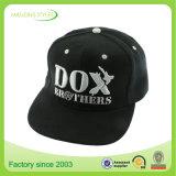 Gorra de béisbol apenada llano caliente del negro de la venta de la manera con insignia del bordado