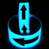Individu rougeoyant dans la bande photoluminescente foncée de sûreté