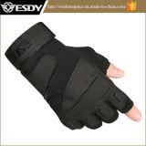 Climingの手袋をハイキングする屋外の黒いカラー半分指