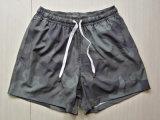 La spiaggia verde del camuffamento mette gli Shorts in cortocircuito della spuma