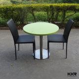 L'uomo ha fatto il tavolino da salotto di superficie solido rotondo di pietra