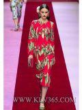 As mulheres formam o vestido de partido longo vermelho da luva