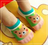 Los mejores calcetines del bebé de la calidad con las plantas del pie de goma