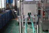 光っている飲料のソーダ飲み物満ちるびん詰めにする機械
