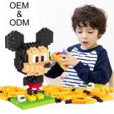 Niños de Ausini que juegan los bloques que enclavijan el ladrillo barato del juguete del arma creativo del ABS