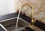 Grifo de cocina contemporánea con acabado dorado