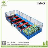 Una gran piscina trampolin cama saltando con el parque de atracciones divertidas