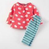 セットの幼児の綿の長い袖のTシャツ及びズボンに着せている子供の男の子の女の子