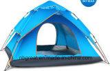 Traving und Wandern des kampierenden Familien-Zeltes der Personen-3-4