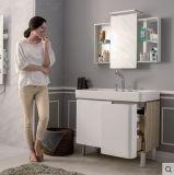 Лака в ванной комнате с серебристым наружного зеркала заднего вида и системы хранения данных