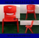 의자 형을 겹쳐 쌓여 각종 색깔 질 유아