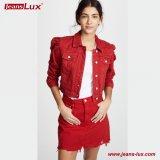 苦しめられた収穫された縮められた赤いデニムのジャケット