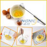 Frullino per le uova tenuto in mano del metallo