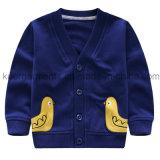 Милое пальто мальчика в одеждах малышей
