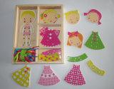 Corda de madeira da menina que veste o brinquedo do jogo para miúdos