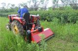 A exploração agrícola executa a segadeira montada trator do Flail do Pto com martelos