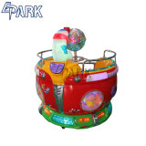 I giri giranti dei capretti del parco di divertimenti a gettoni vanno intorno alla macchina del giocattolo dei capretti da vendere