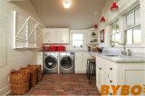 木製のカウンタートップ(BY-L-10)が付いている灰色のコテッジの洗濯室