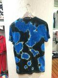Laço azul e escuro T-shirt tingido do homem com lavagem na roupa