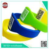De Band van het Silicone RFID met Verschillende die Qr Code, Embleem door Silkscreen Printing wordt gemaakt