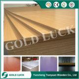 La fábrica vende directo y el panel de fibras de madera medio 4X8 de la densidad de Melamien del primer grado
