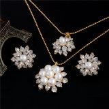 I monili d'imitazione classici della perla hanno impostato per le donne