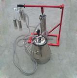 La mano operar la máquina de ordeño del cilindro para la vaca u oveja