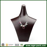 Visualización creativa de la joyería del collar de la resina del diseño
