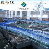 El agua pura de la máquina de llenado de botellas de agua mineral.