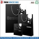 Bolso de compras negro de la bolsa de papel de la manera con insignia