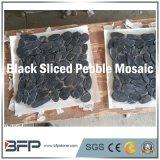 Cortar en rodajas de guijarros pulido azulejos de mosaico con una mezcla de color utilizado en el jardín del suelo