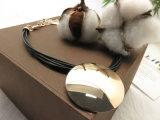 L'unità di elaborazione nera del cavo sposta i brevi accessori della collana per le donne