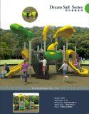 Kind-im Freienspielplatz-Gerät mit Tunnel-Plättchen