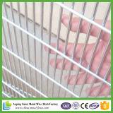 Im Freiensicherheits-Garten-Panel, das gebogenen Maschendraht-Zaun einzäunt