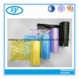 Sac d'ordures en plastique de diverse couleur sur le roulis