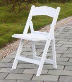 Белый стул складчатости смолаы для напольного венчания